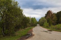 美丽的春天土路在中间乌拉尔 免版税库存照片