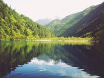 美丽的春天山和湖 库存照片