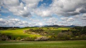 美丽的春天晚上草甸,与云彩的天空, 库存图片