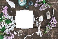美丽的春天桌设定了与boho花装饰的大模型 库存照片
