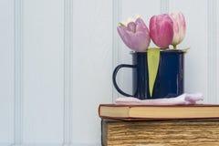 美丽的春天花静物画有木背景和ho 免版税库存照片