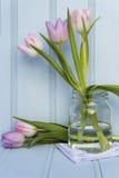 美丽的春天花静物画有木背景和ho 图库摄影