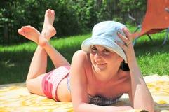 美丽的晒日光浴的妇女 库存图片