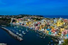 美丽的普罗奇达,那不勒斯,意大利的难以置信的看法 免版税库存图片