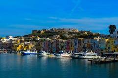 美丽的普罗奇达,那不勒斯,意大利的难以置信的看法 免版税库存照片