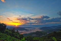 美丽的景色从山绿色山谷小河风景到ri 免版税库存照片
