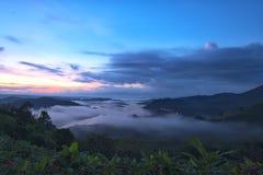 美丽的景色从山绿色山谷小河风景到ri 库存照片