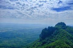 美丽的景色从山绿色山谷小河风景到ri 免版税库存图片