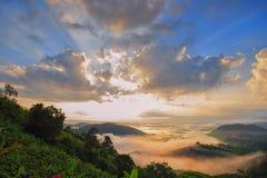 美丽的景色从山绿色山谷小河风景到ri 库存图片