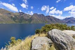 美丽的景色向瓦卡蒂普湖,在昆斯敦附近,新西兰 免版税图库摄影