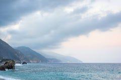 美丽的景色向蒙泰罗索阿尔马雷山和蓝色海 免版税库存图片