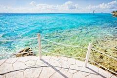 美丽的景色和接近岸的线索 库存照片