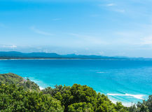 美丽的景色在与清楚的蓝天的晴天在拜伦海湾,澳大利亚 免版税库存图片