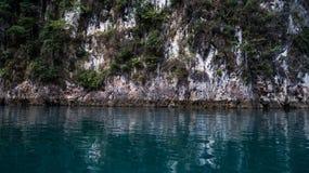 美丽的景色山湖和河从小船在Ratchaprapa水坝, Khoa Sok国家公园,素叻他尼 免版税库存照片