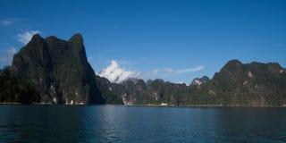 美丽的景色山湖和河从小船在Ratchaprapa水坝, Khoa Sok国家公园,素叻他尼 免版税图库摄影