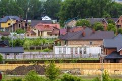 美丽的景色现代安静的郊区居民夏天全景  免版税图库摄影