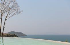 美丽的景色从无限边缘水池到海 免版税库存照片