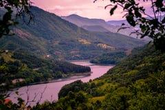 美丽的景色 日落和湖和云彩的美好的颜色在天空在背景中 免版税图库摄影