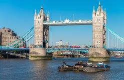 美丽的景色ot反对蓝天的塔桥梁,伦敦 免版税库存图片