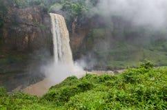 美丽的暗藏的Ekom瀑布深深在喀麦隆,非洲的热带雨林里 库存图片