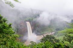 美丽的暗藏的Ekom瀑布深深在喀麦隆,非洲的热带雨林里 图库摄影