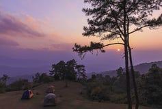 美丽的暮色时间自然背景山和天空在h 免版税库存照片