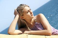 美丽的最近的摆在的海运妇女年轻人 免版税库存照片