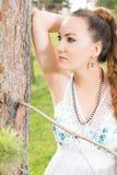 美丽的最近的纵向结构树妇女年轻人 库存图片