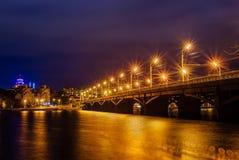 美丽的有启发性Chernavskiy桥梁通过沃罗涅日河在晚上 库存照片