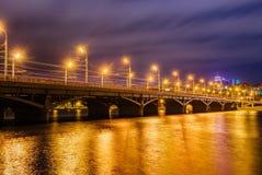 美丽的有启发性Chernavskiy桥梁通过沃罗涅日河在晚上 免版税库存图片