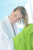 美丽的有毛巾的妇女干毛发 免版税库存照片