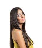 美丽的有长的头发的年轻人微笑的拉丁妇女 免版税库存图片