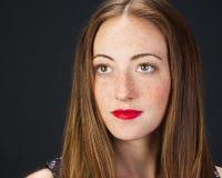 美丽的有雀斑的女孩 免版税图库摄影