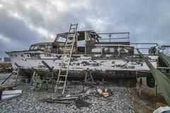 美丽的木小船是交付的 免版税图库摄影