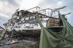 美丽的木小船是交付的 免版税库存照片