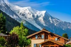 美丽的木瑞士山中的牧人小屋在夏慕尼,法国,晴朗的勃朗峰 免版税库存图片