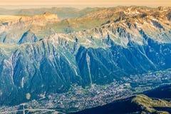 美丽的木瑞士山中的牧人小屋在夏慕尼,法国,晴朗的勃朗峰 免版税库存照片