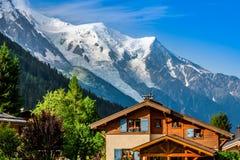 美丽的木瑞士山中的牧人小屋在夏慕尼,法国,晴朗的勃朗峰 免版税图库摄影