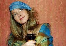 美丽的杯子茶妇女 免版税库存图片