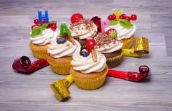 美丽的杯形蛋糕用新鲜的莓果, 免版税库存图片