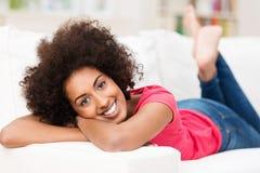美丽的松弛的非裔美国人的妇女 免版税库存图片