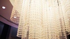 美丽的枝形吊灯照明设备水晶 股票 高枝形吊灯在一家豪华旅馆里 免版税图库摄影
