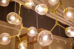 美丽的枝形吊灯 垂悬豪华昂贵的枝形吊灯下 库存图片