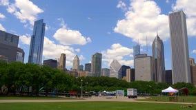 美丽的格兰特公园有在芝加哥-芝加哥地平线的一个看法  美国- 2019年6月11日 股票录像