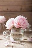 美丽的桃红色牡丹开花在花瓶的花束 免版税库存图片