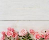 美丽的桃红色玫瑰花束在白色木背景的 顶视图 复制空间横幅 免版税库存照片