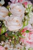 美丽的桃红色白色婚礼花束有玫瑰色花特写镜头背景 免版税库存照片
