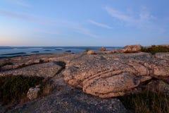 美丽的桃红色花岗岩岩石和裂隙日落的在卡迪拉克 免版税库存照片