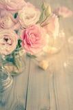 美丽的桃红色花花束在老木纹理的 免版税库存图片
