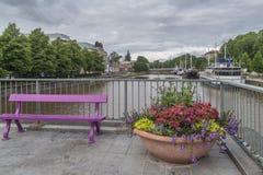 美丽的桃红色长凳和花盆在剧院桥梁,图尔库,芬兰 免版税库存照片